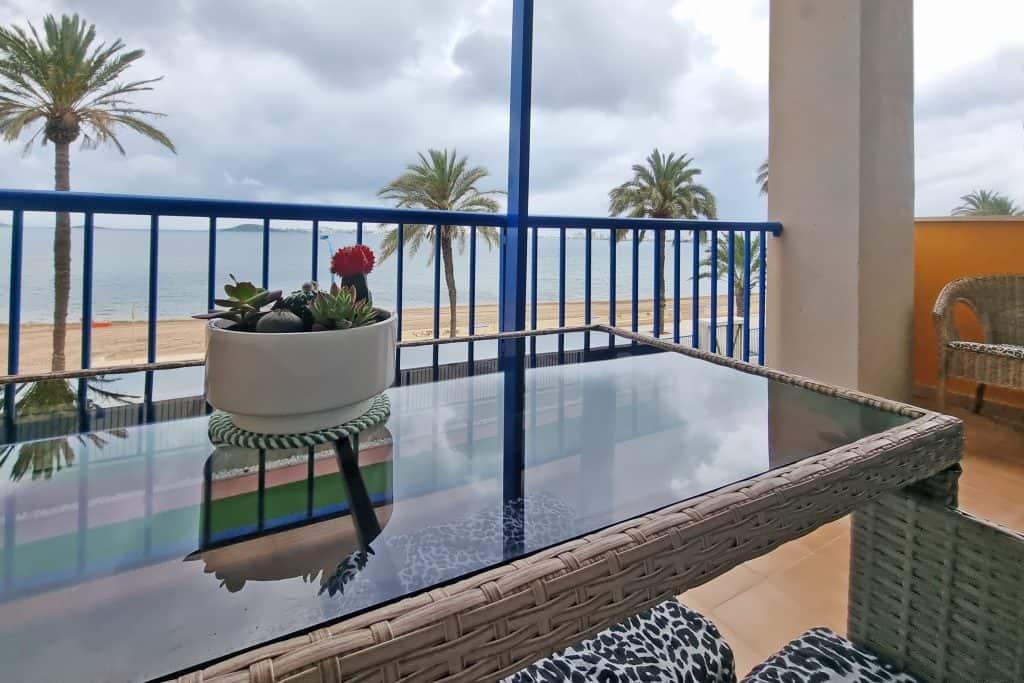 Tu balcón mirando al mar