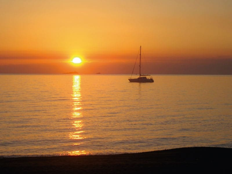 Boat against the yellow Mar Menor sky - Photo Credits: Toñi Blasco
