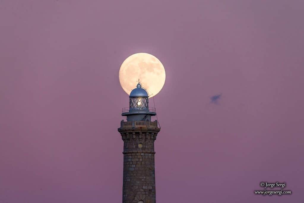 El faro de Cabo de Palos con la luna