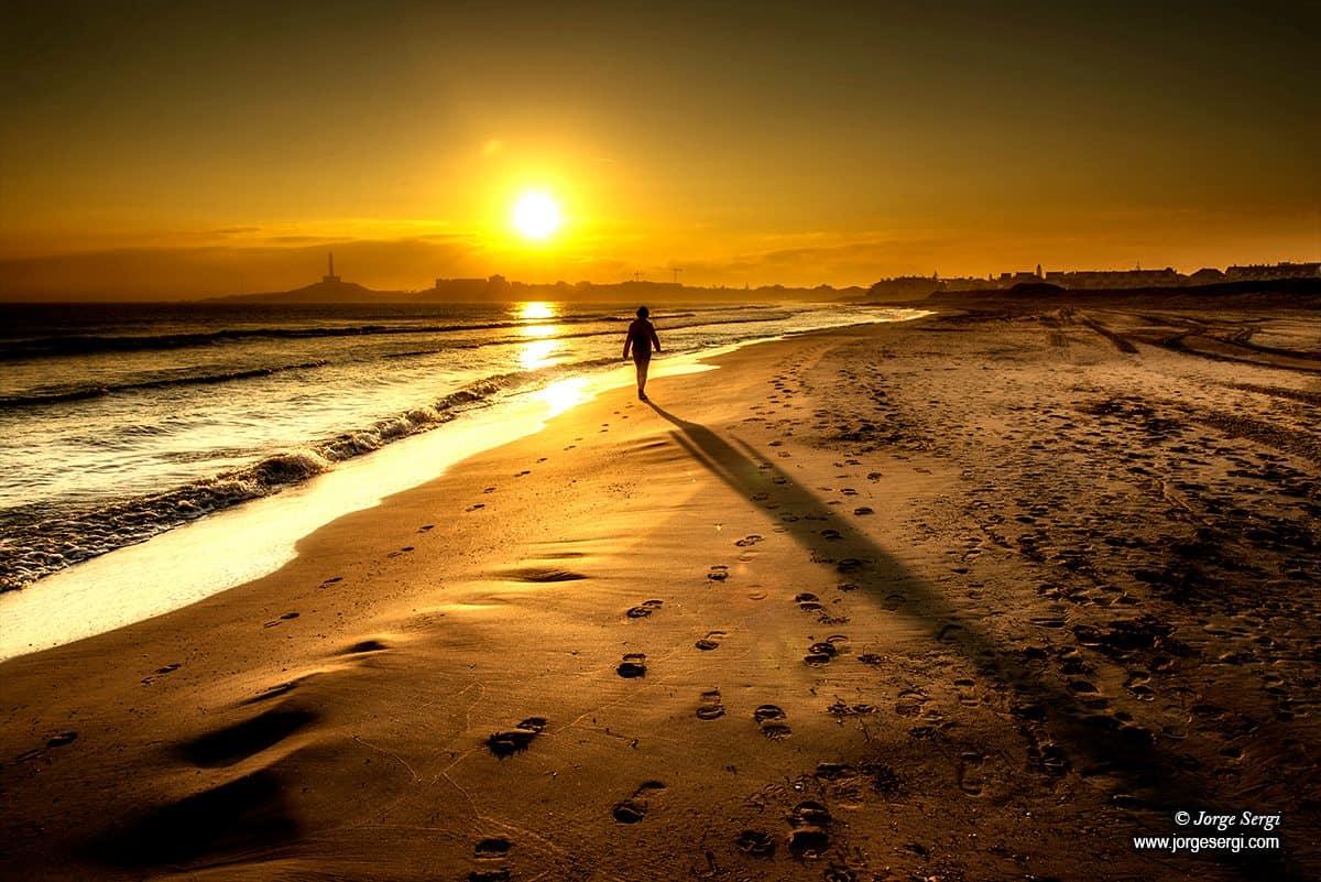 Walking on the beach - Photography: Jorge Sergi