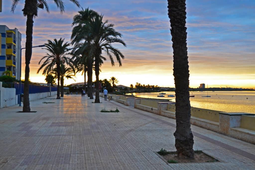 Puesta de sol frente del edificio en Playa Honda