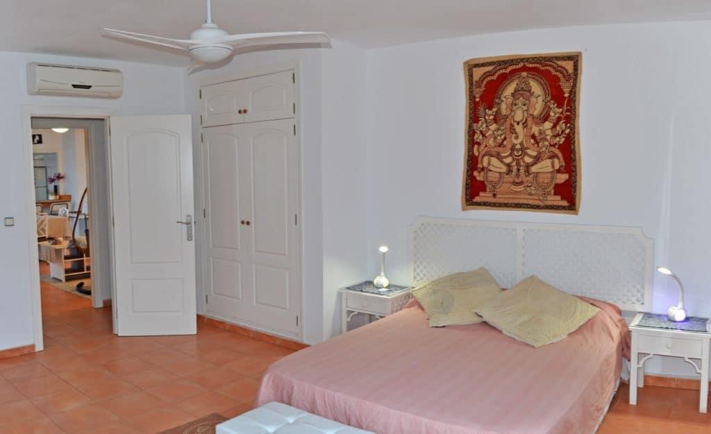 Dormitorio muy grande con vistas, se puede ajustar la intensidad y color de las lámparas