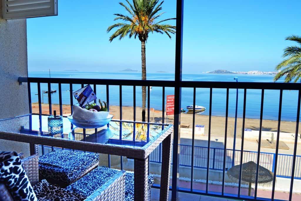Disfruta de un aperitivo de frutas con vistas bonitas en tu balcón