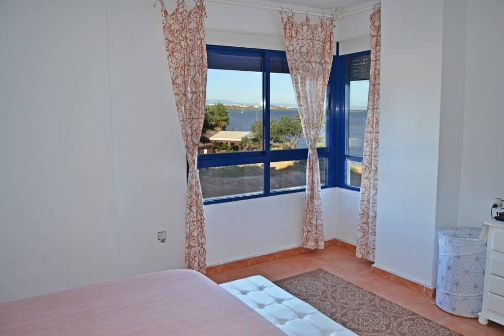 Disfruta de las vistas al mar desde el dormitorio principal