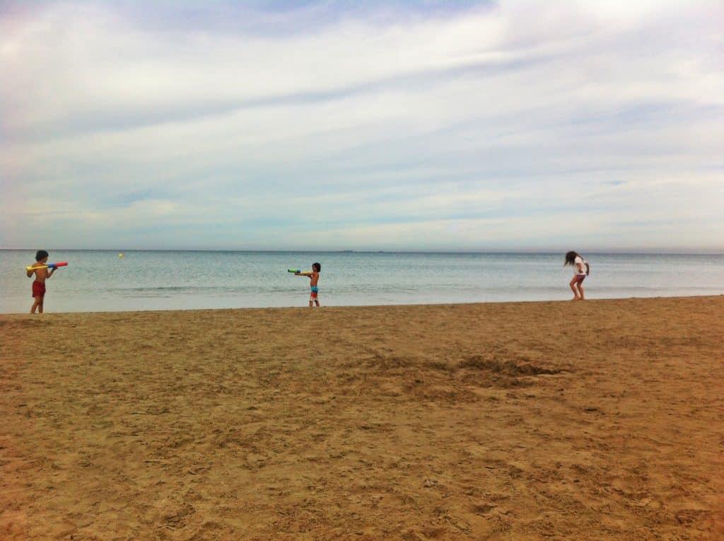 Guerra de pistolas de agua en la playa de Entremares en La Manga