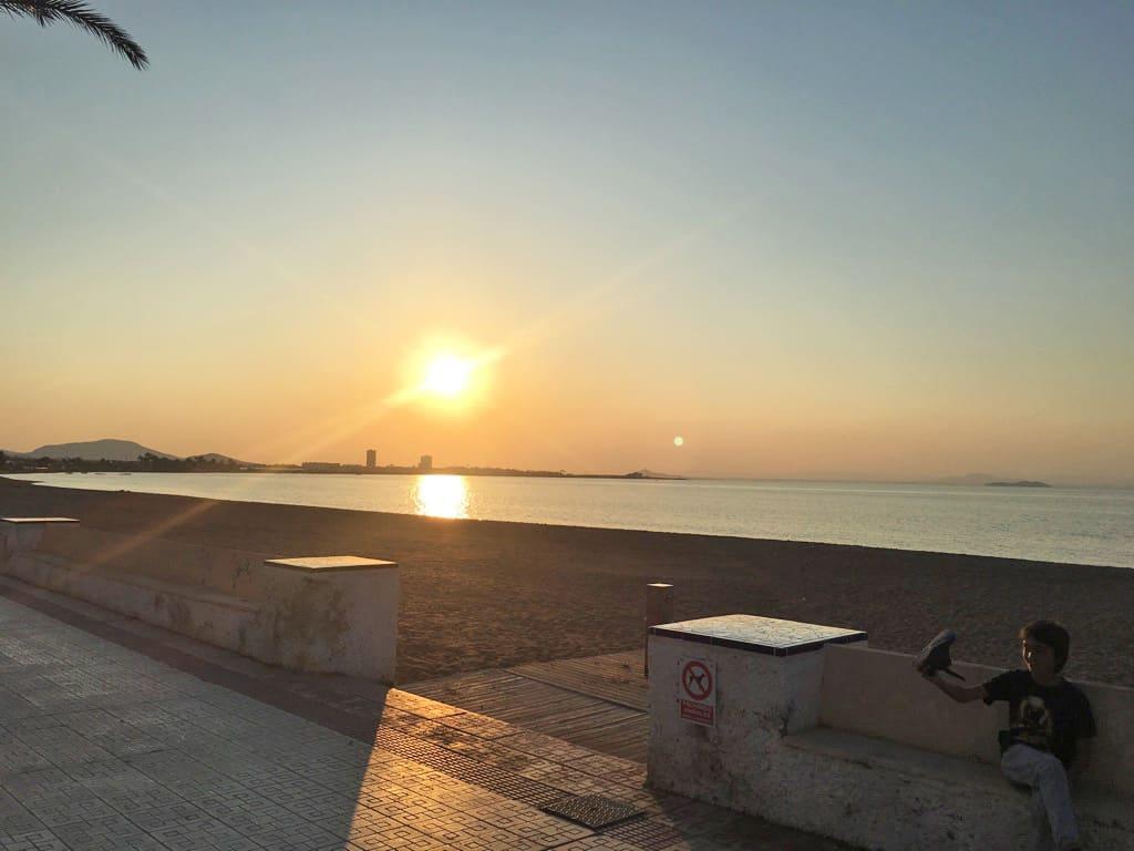 Puesta de sol en el paseo marítimo de Playa Honda