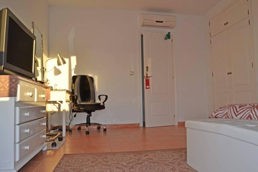 Amplio y luminoso dormitorio principal con vistas al mar y todas las comodidades