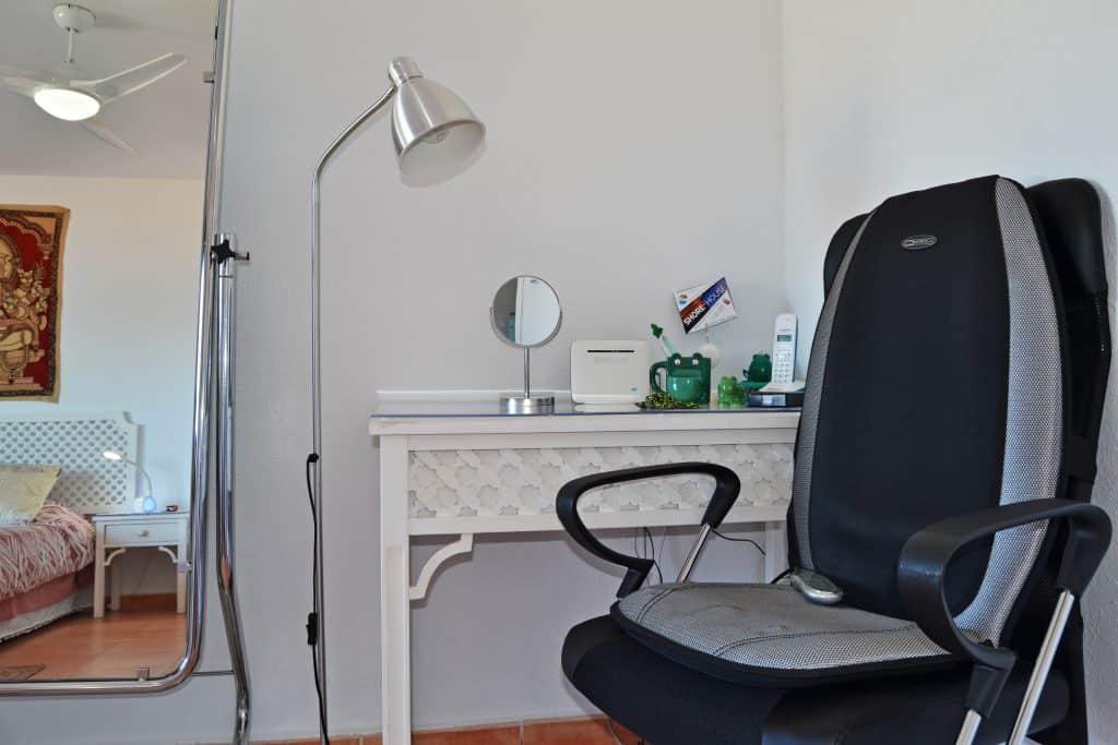 Escritorio de dormitorio con asiento de masaje