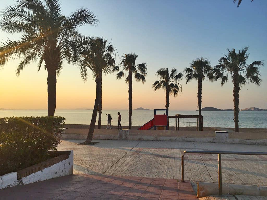 Niños jugando y una hermosa puesta de sol en Playa Honda