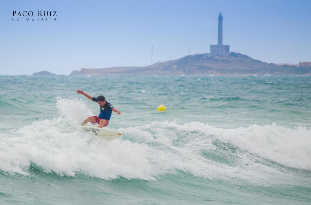 Surfista en la zona del faro de Cabo de Palos