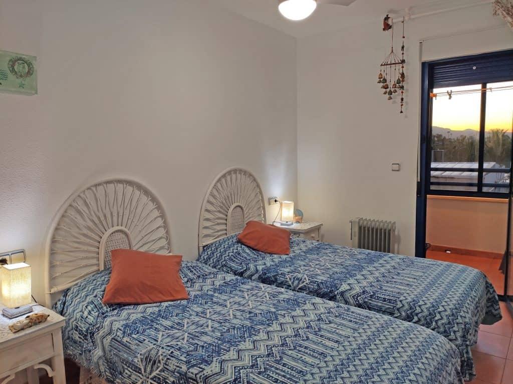 Segundo dormitorio con balcón y cuarto de servicio adjunto