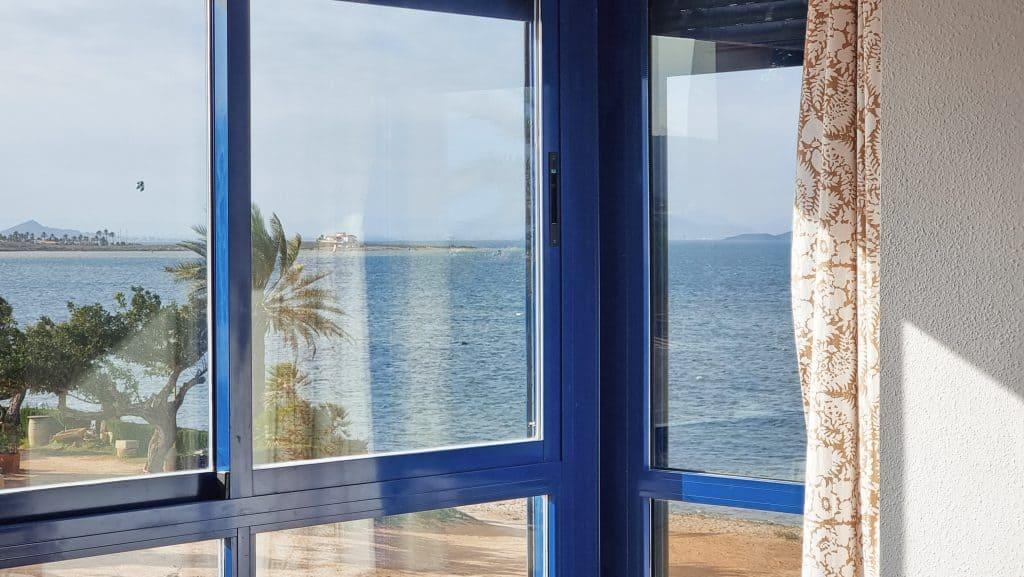 Ventana de esquina en forma L con vistas directas al mar