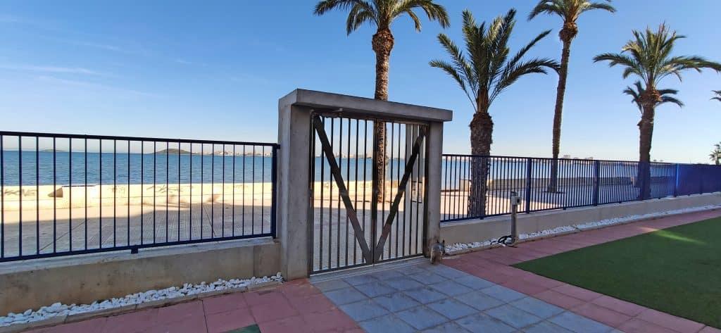 Puerta del edificio para salir a la playa